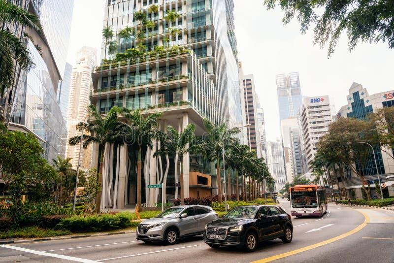 Modern exponeringsglasbyggnad med trädgården på fasad i Singapore arkivfoto