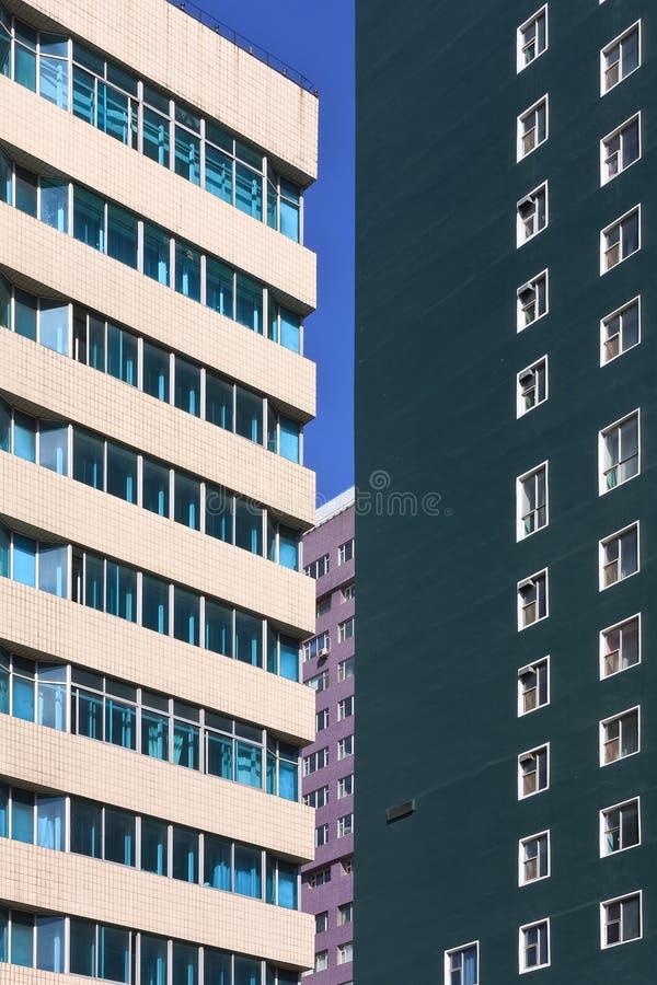 Modern färgrik arkitektur mot en blå himmel, Changchun, Kina royaltyfri fotografi