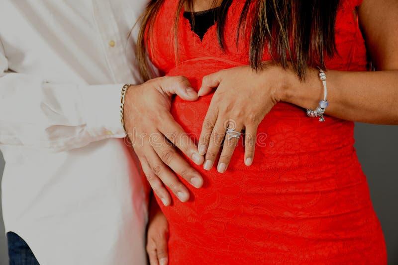 Modern för familjen för havandeskapbukmoderskap behandla som ett barn kvinnakroppsdelar arkivbild