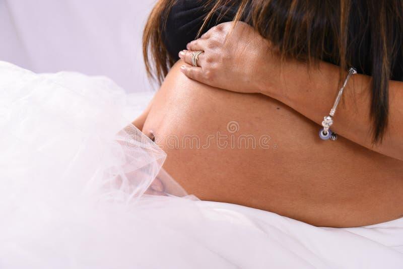 Modern för familjen för havandeskapbukmoderskap behandla som ett barn kvinnakroppsdelar arkivfoton