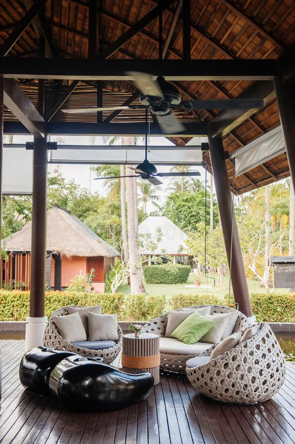 Modern för soffasoffa för modern stil sikt för kuddar och för trädgård arkivfoton