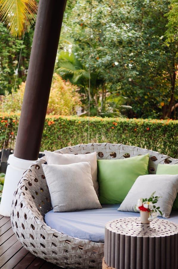 Modern för soffasoffa för modern stil sikt för kuddar och för trädgård arkivbilder