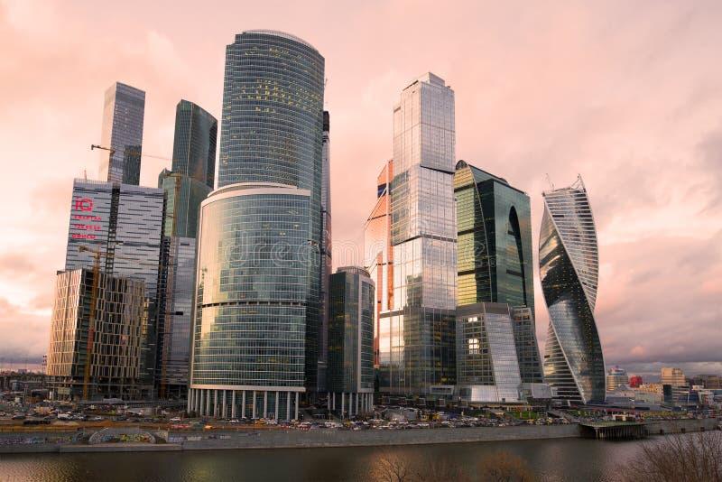 Modern ` för stad för Moskva för ` för höghusaffärsmitt på en molnig April afton fotografering för bildbyråer