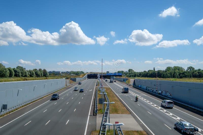 Modern fördjupad huvudväg A4, delftfajans-Schiedam, Nederländerna som leder arkivfoto