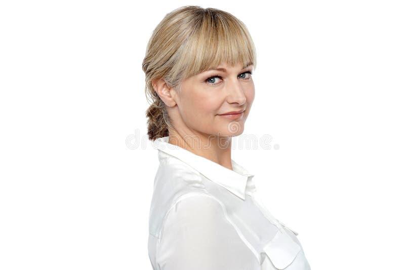 Modern företags kvinnaen klockas slag som ett stilfullt poserar arkivbilder