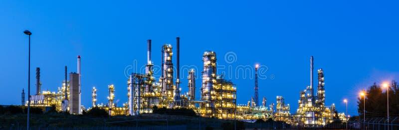 Modern fabrik på natten royaltyfri foto