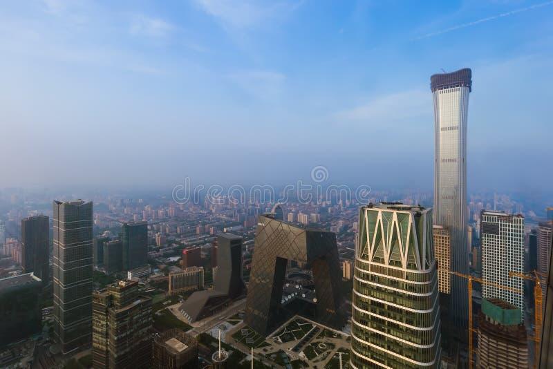 Modern finansiell områdeshorisont i Peking Kina royaltyfria foton
