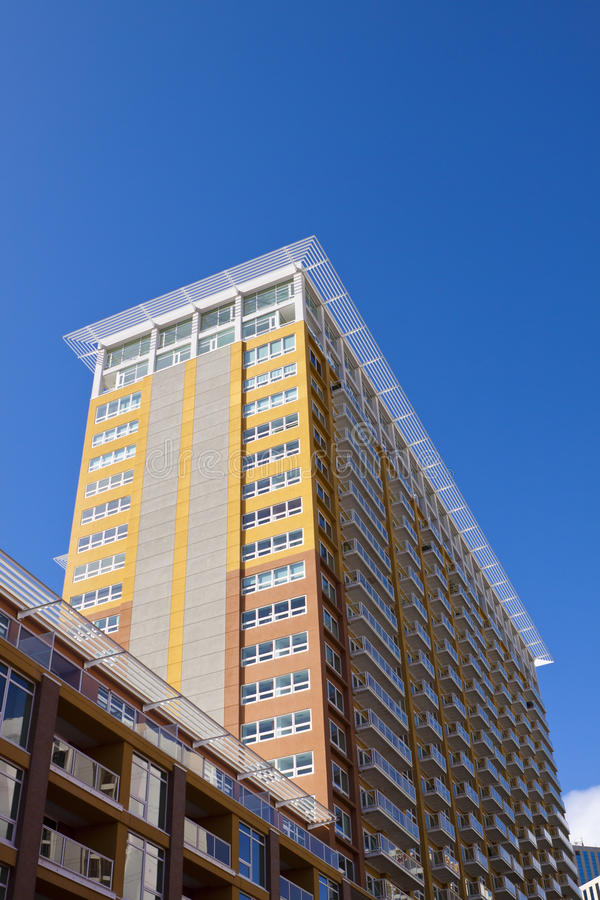 Download Modern Flatgebouw Met Koopflats Stock Afbeelding - Afbeelding: 23991851