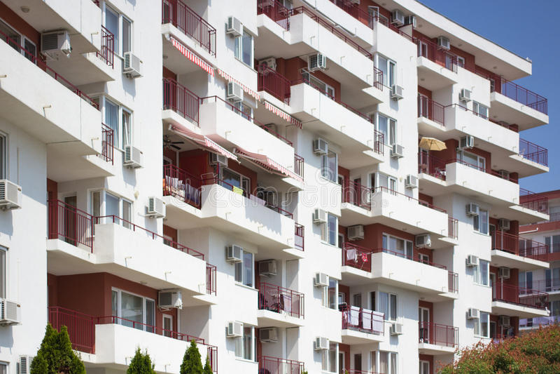Modern flatgebouw met witte balkons royalty-vrije stock afbeeldingen