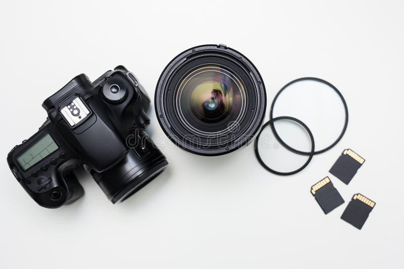 Modern fotografiutrustning över den vita tabellen arkivbilder