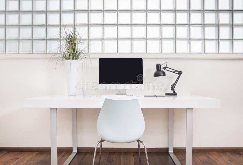 Modern främre sikt för kontorsskrivbord royaltyfria bilder