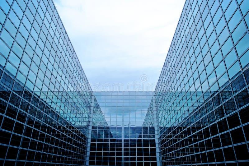 Modern futuristisk byggnad med exponeringsglasfasaden arkivbild