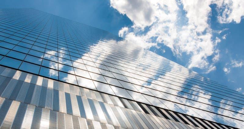 Modern futuristisk exponeringsglasfasad av för kontorsskyskrapa för företags finans reflexionen för exponeringsglas för blå himme royaltyfria bilder