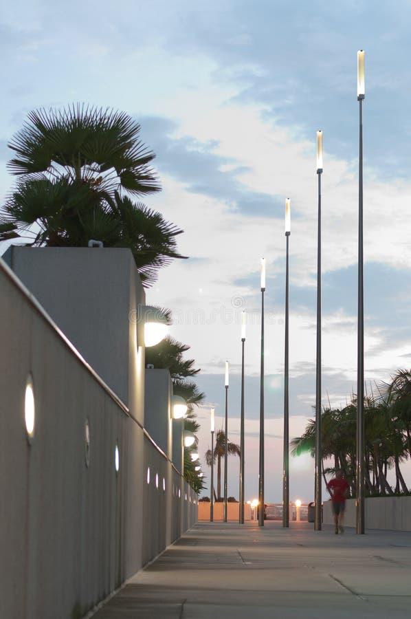 Modern gångbana på skymning arkivfoto