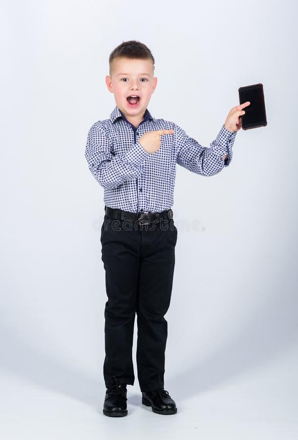 Modern gadget Kleine Zakenman Opvoeding en ontwikkeling Weinig mobiele telefoon van de jongensformele kleding Leuke jongensgreep royalty-vrije stock fotografie