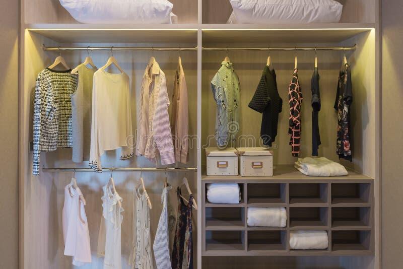 modern garderob med att hänga för kläder arkivfoto