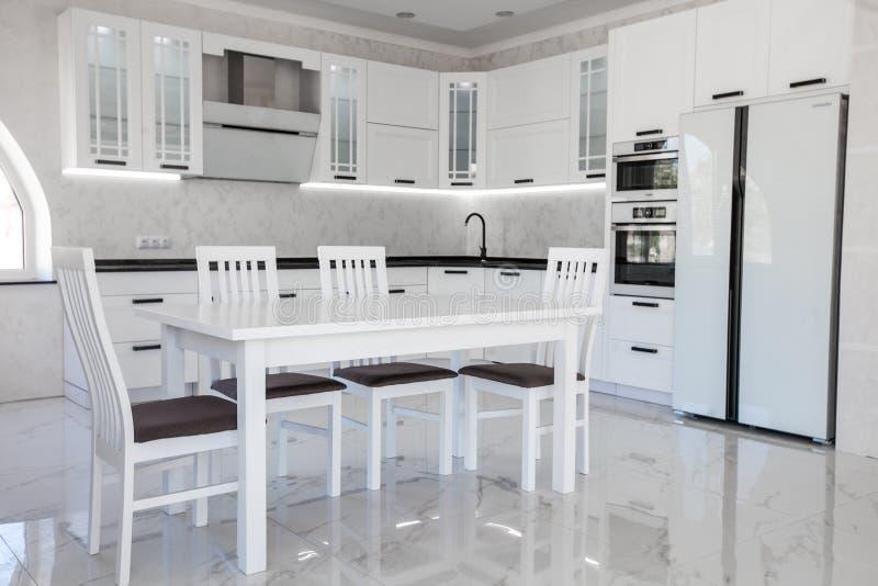 Modern gastronomisch keukenbinnenland met witte leminate royalty-vrije stock afbeeldingen