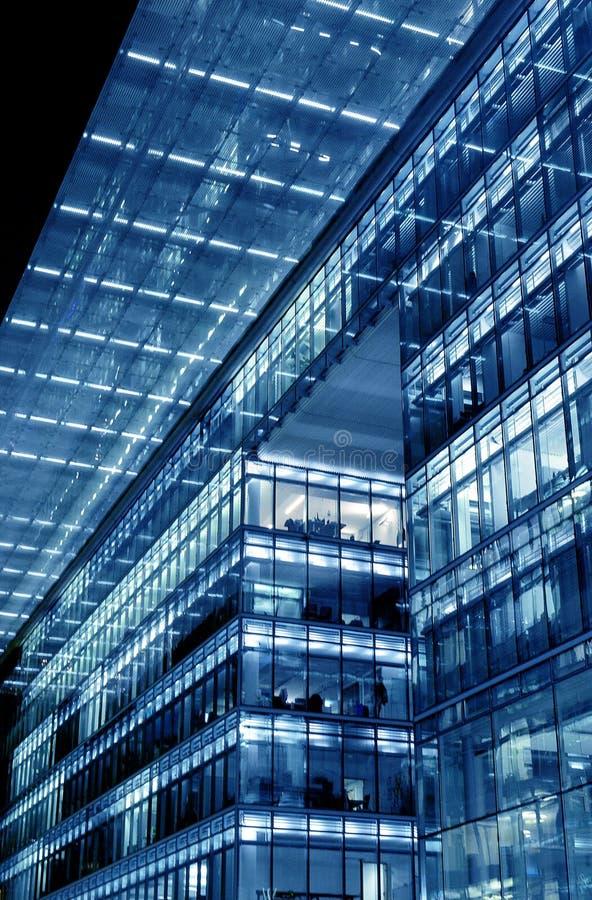 Modern glasbyggnad på natten royaltyfria bilder