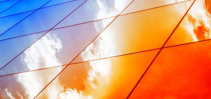 Modern glass arkitektur för rengöringsdukbaner med reflexion av röd och blå solnedgånghimmel Dramatisk ljus färg Tappningstilbakg arkivfoto