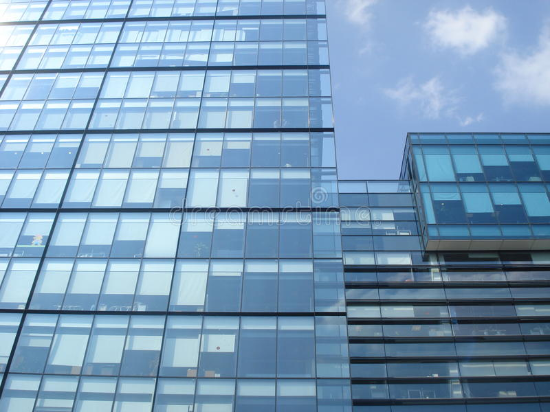 Modern glass byggnad för kontor royaltyfri foto