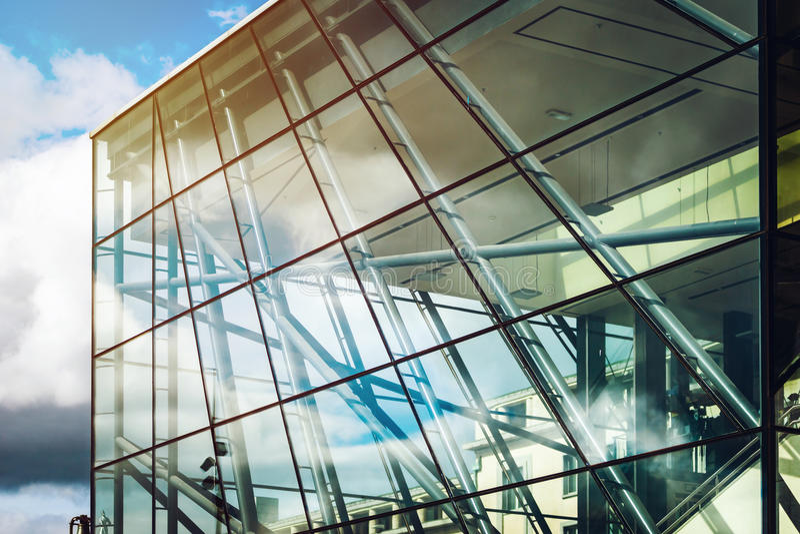 Modern glass byggnad i Bryssel, arkitekturbegrepp arkivbilder
