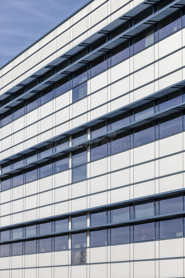 Modern glass byggnad, kontorsyttersida arkivbild