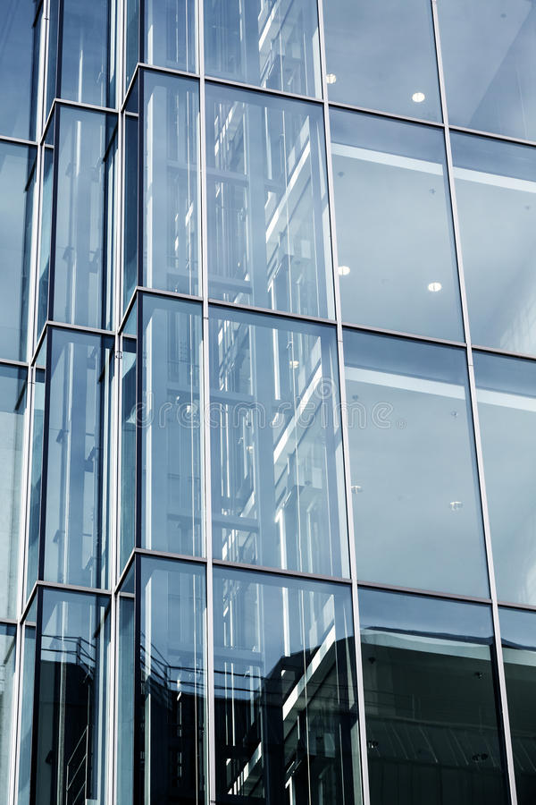 Modern glass fasad av en kontorsbyggnad royaltyfria foton
