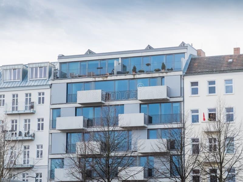 Modern Glass hyreshus med balkonger royaltyfri fotografi