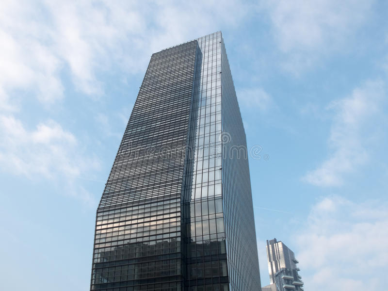 Modern Glass kontorsskyskrapa med blå himmel royaltyfri foto