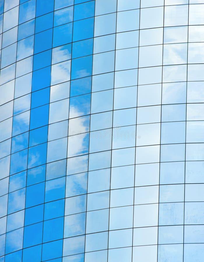 Modern glass skycrapersbakgrund med himmel och moln royaltyfri fotografi