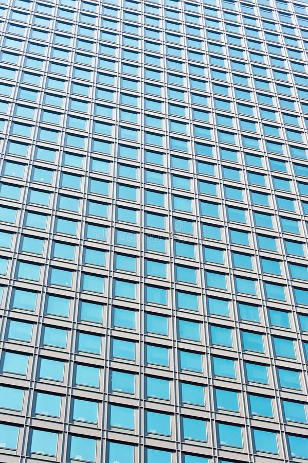 Modern glass skycraperväggbakgrund royaltyfria bilder