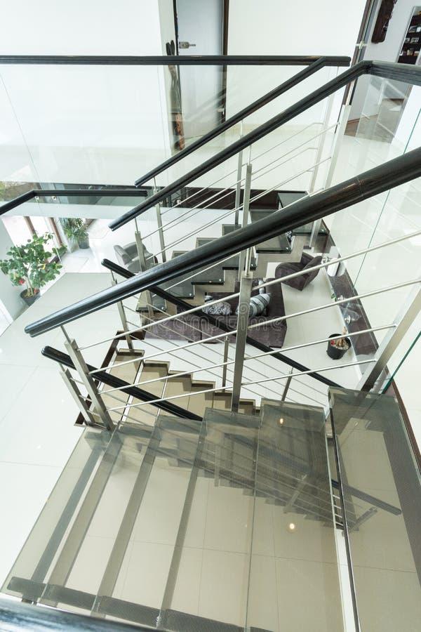 Modern glass trappuppgång i lägenhet arkivbild