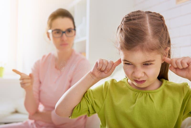 Modern grälar på hennes barn royaltyfria foton