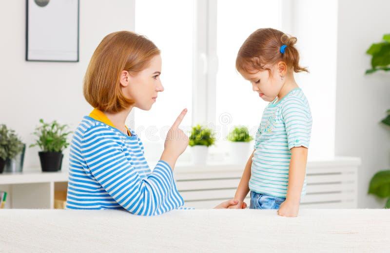Modern grälar på och bestraffar barndottern arkivbilder