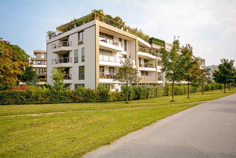 Modern grön bostads- byggnad, lägenheter i en ny stadsplanering arkivbilder