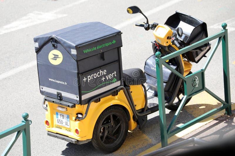 Modern gul Staby för post- leverans elektrisk sparkcykel i Frankrike arkivbilder