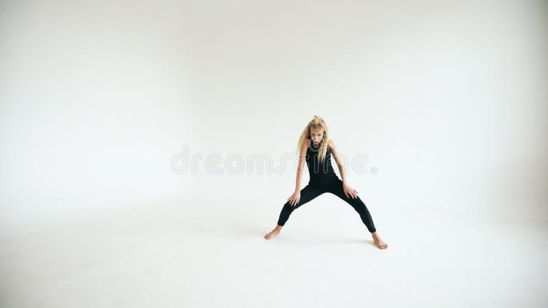 Modern härlig för dansaredans för tonårs- flicka samtida på vit bakgrund inomhus arkivfoto