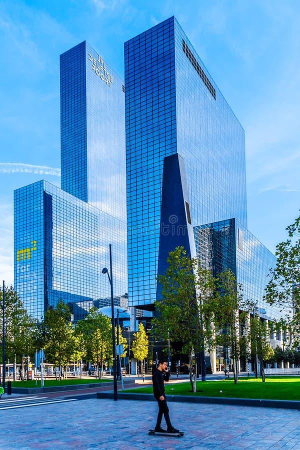 Modern hög löneförhöjning- eller skyskrapabyggnad i mitten av staden av Rotterdam arkivbilder