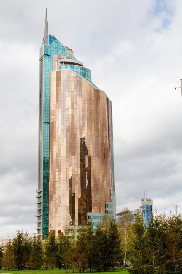 Modern hög löneförhöjningbyggnad med en glass fasad i det nya affärsområdet av Astana royaltyfria foton