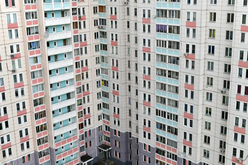 Modern hörnhyreshus med balkonger arkivfoto