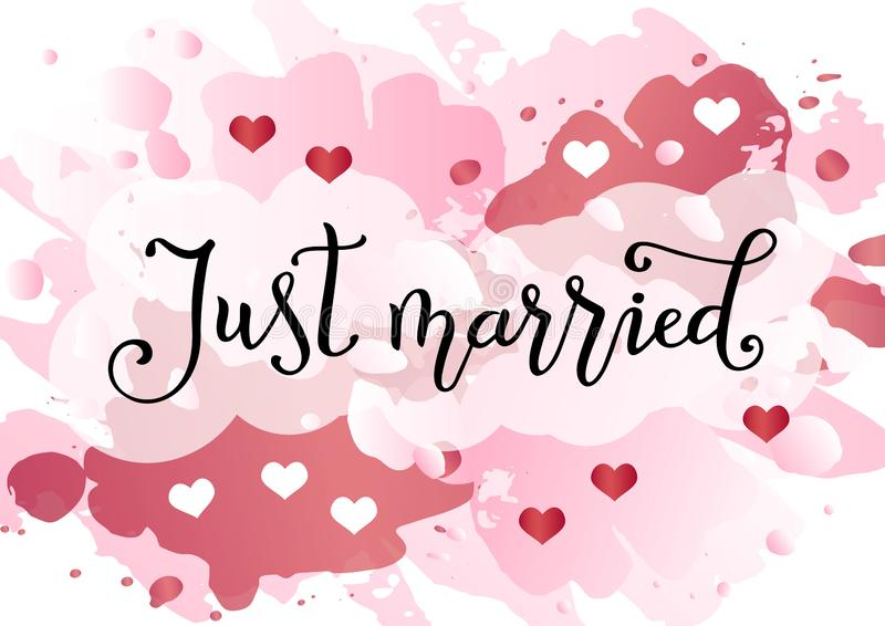 Modern handskriven kalligrafi av precis gift i svart på rosa vattenfärgbakgrund dekorerade med vita och rosa hjärtor stock illustrationer