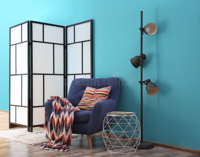 Modern helder binnenland met comfortabele leunstoel royalty-vrije stock foto