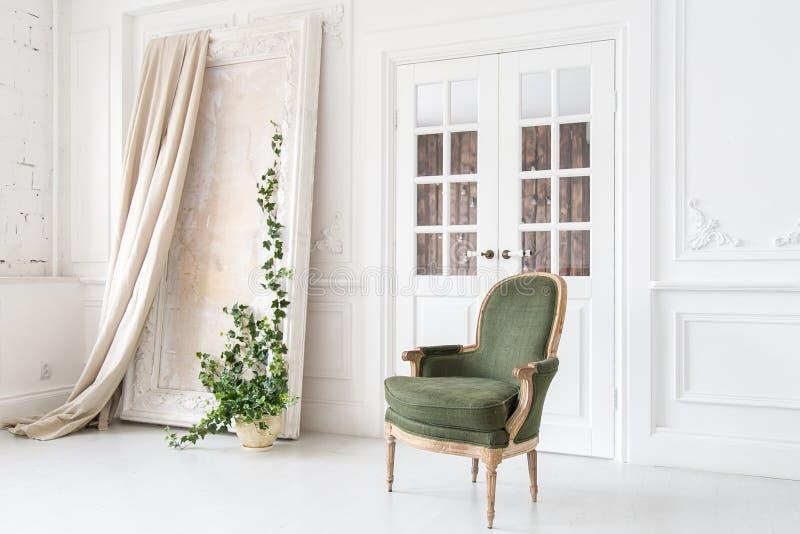 Modern, helder binnenland met de muren van gipspleisterafgietsels en een uitstekende die leunstoel van stevig hout wordt gemaakt stock foto's