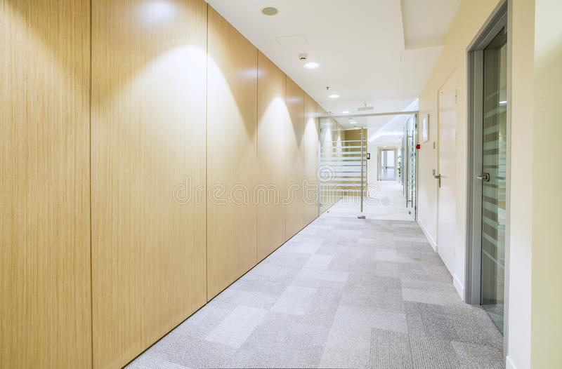 Modern helder bureau minimalistic binnenland stock foto's