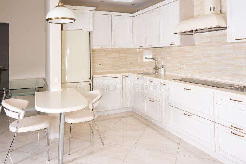 Modern, helder, schoon keukenbinnenland in een luxehuis Binnenlands ontwerp met klassieke of uitstekende elementen praktisch stock afbeeldingen