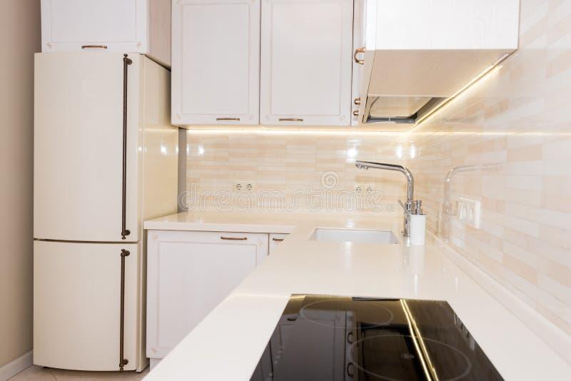 Modern, helder, schoon keukenbinnenland in een luxehuis Binnenlands ontwerp met klassieke of uitstekende elementen praktisch stock foto's