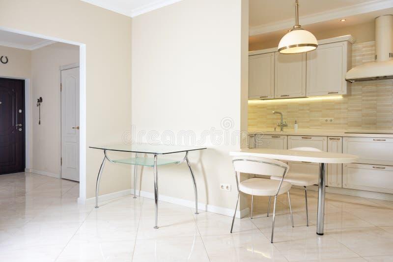 Modern, helder, schoon keukenbinnenland in een luxehuis Binnenlands ontwerp met klassieke of uitstekende elementen praktisch royalty-vrije stock foto