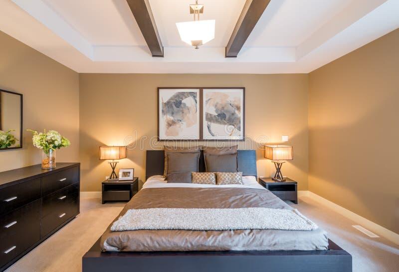 Modern helder slaapkamerbinnenland royalty-vrije stock afbeeldingen