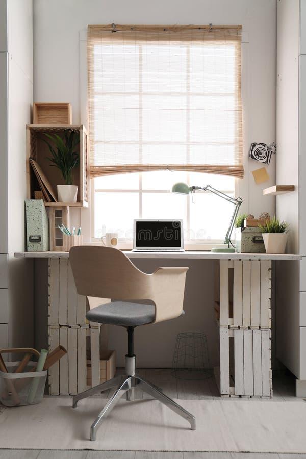 Modern hem- arbetsplats med träspjällådor royaltyfria foton