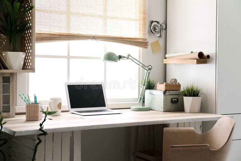 Modern hem- arbetsplats med träspjällådor royaltyfri foto